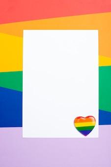 Folha de papel em branco com distintivo de coração