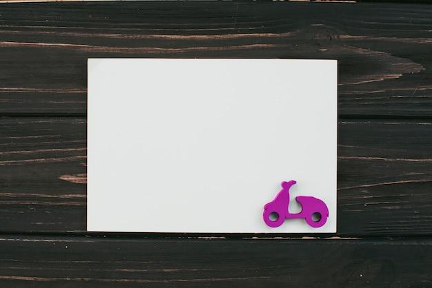 Folha de papel em branco com pequena scooter