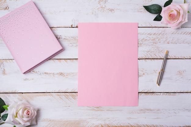 Folha de papel em branco com rosas