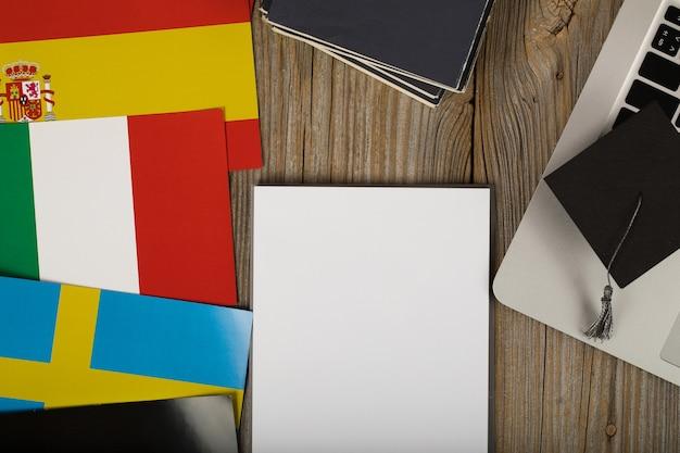 Folha de papel em branco e mão humana perto do laptop. fechar-se