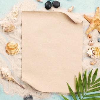 Folha de papel em branco na areia