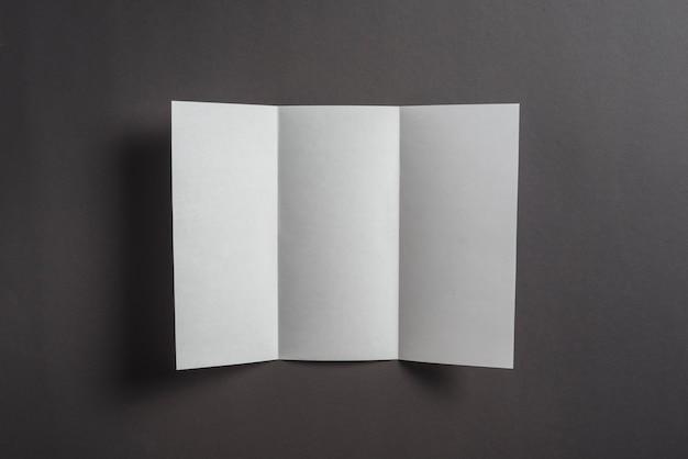 Folha de papel em branco sobre fundo preto