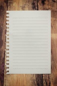 Folha de papel na mesa de madeira