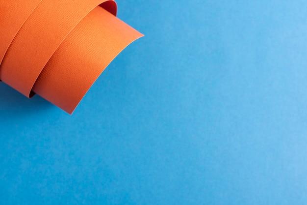 Folha de papelão laranja rolada com espaço de cópia