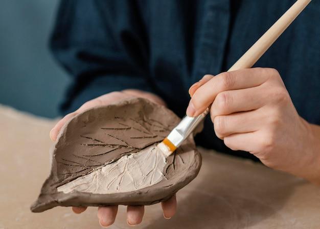 Folha de pintura à mão em close