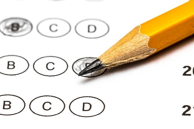 Folha de pontuação do teste com respostas e lápis. fechar-se.