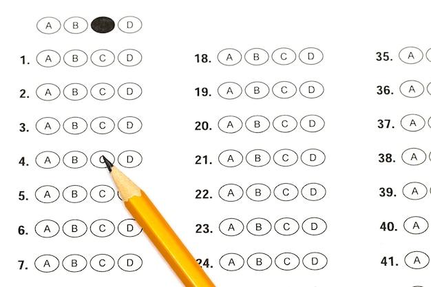 Folha de pontuação do teste com respostas e lápis.