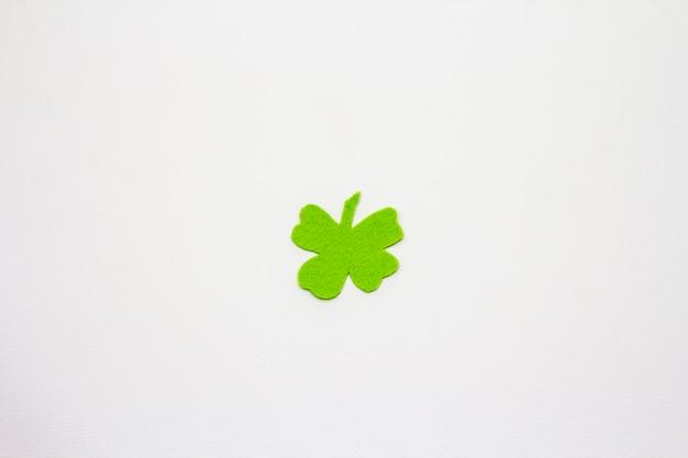 Folha de trevo de feltro isolada no fundo branco. símbolo de boa sorte, conceito do dia de st.patrick