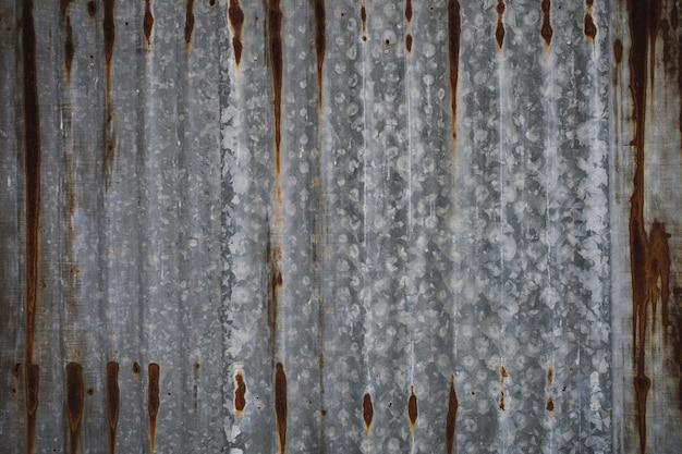 Folha de zinco ondulada velha com fundo de textura sujo e ferrugem.