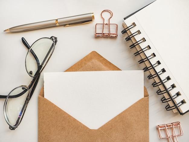 Folha do bloco de notas em branco para sua mensagem de felicitações. Foto Premium