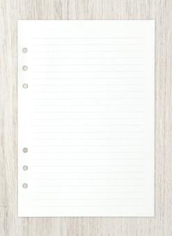 Folha do livro branco na madeira para o fundo.