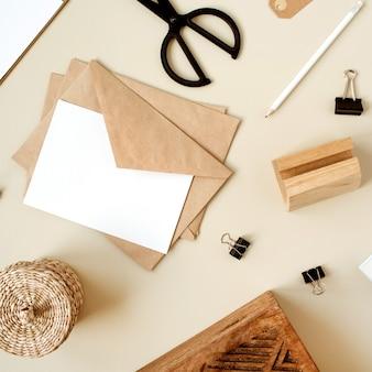 Folha e envelope de papel em branco. cartão de convite de correia. camada plana, vista superior.