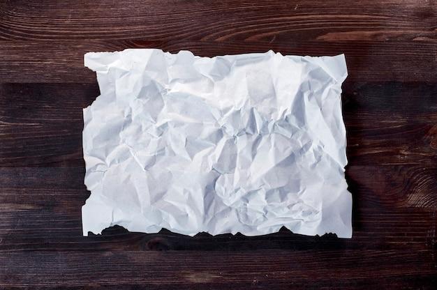 Folha em branco branca amassada com bordas queimadas