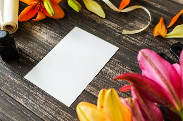 Folha em branco branca sobre fundo de madeira com decorações