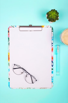 Folha em branco com lugar para texto em uma área de trabalho brilhante na cor neo-menta.