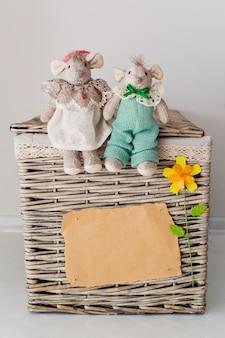 Folha em branco e um ursinho de pelúcia em uma cesta