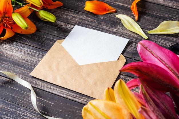 Folha em branco em envelope kraft e flores