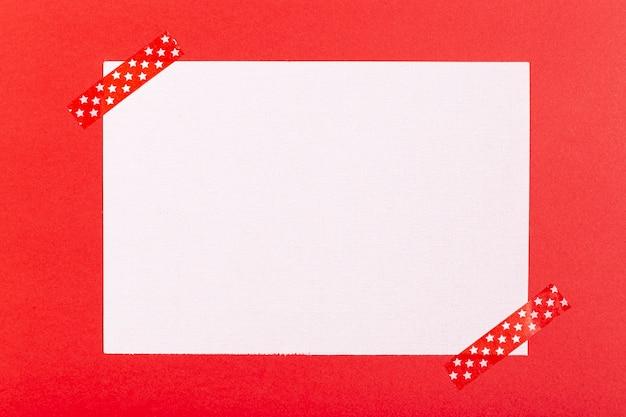 Folha em branco sobre fundo vermelho