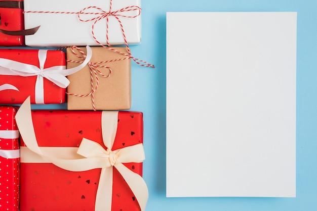 Folha perto de conjunto de caixas de presente em envoltórios