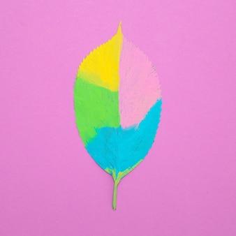 Folha pintada criativa. arte plana mínima