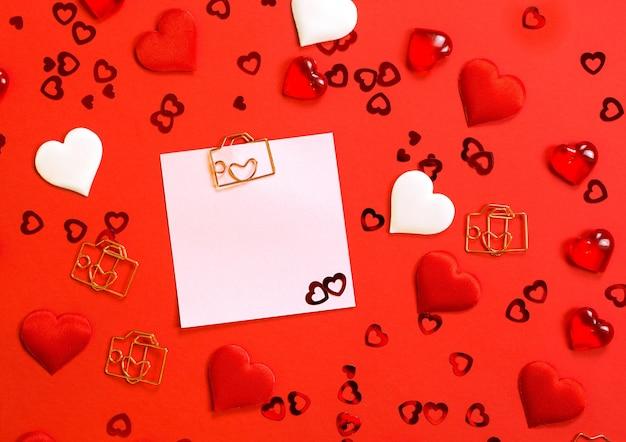 Folha quadrada para anotações com clipe em forma de letra e coração
