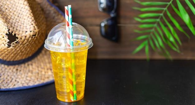 Folha tropical palma limonada refrescante gelo bebida chapéu de palha óculos de sol férias de verão