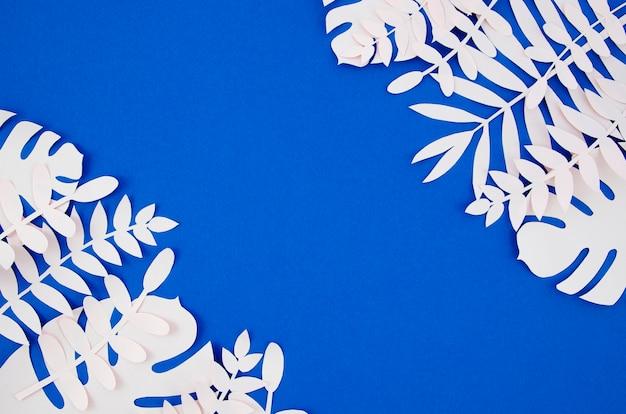 Folhagem artificial exótica de estilo de papel com espaço de cópia