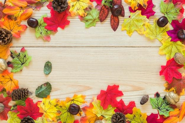 Folhagem e senões na placa de madeira