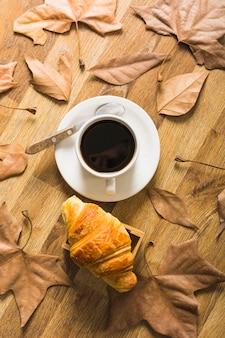 Folhas, ao redor, café, e, croissant