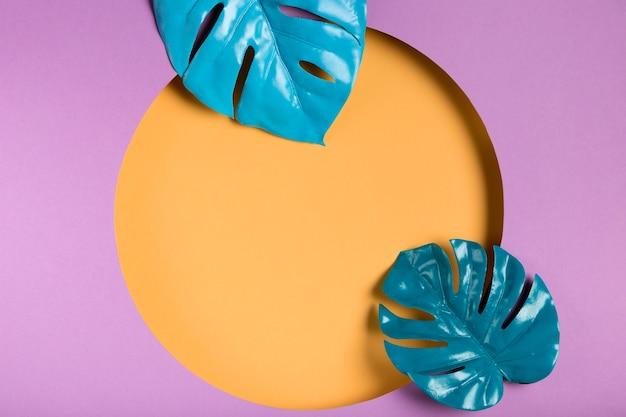 Folhas azuis com maquete de quadro