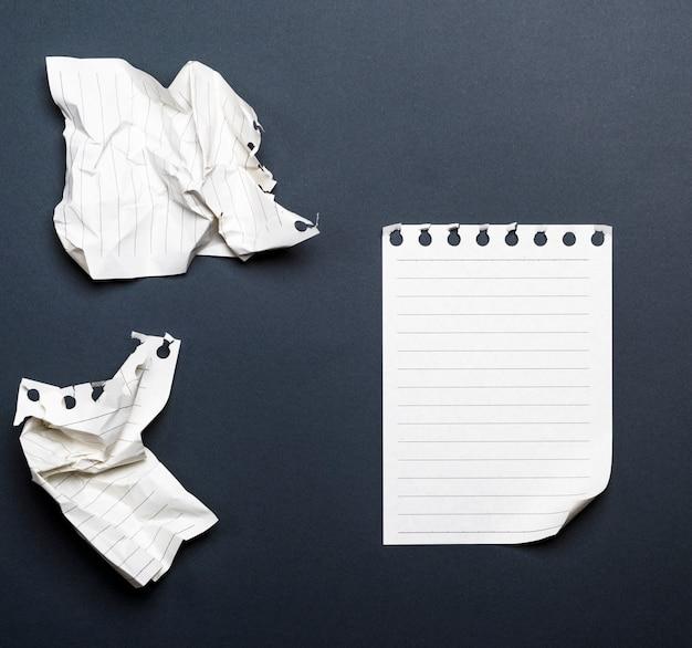 Folhas brancas de um diário com um canto curvo