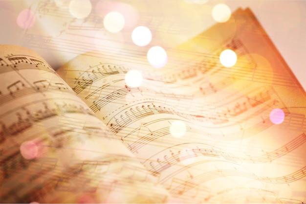 Folhas com notas musicais, vista de perto