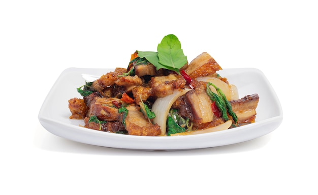 Folhas crocantes salteados da barriga e da manjericão da carne de porco isoladas, kao pad kra prao moo krob. comida popular para o povo tailandês.