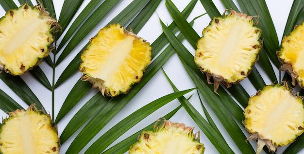 Folhas de abacaxi maduro em palmeiras tropicais. vista do topo