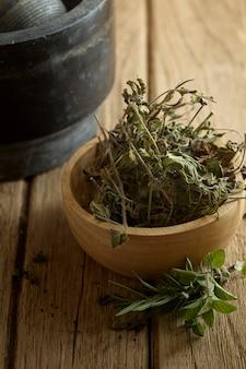Folhas de alecrim e orégano secas