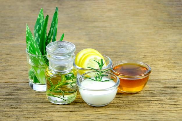 Folhas de aloe vera e óleo essencial para remédio homeopatia.