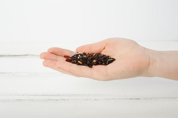 Folhas de chá na mão