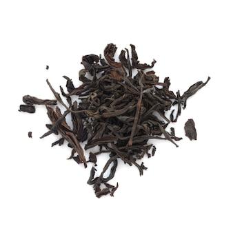 Folhas de chá preto seco isoladas no branco