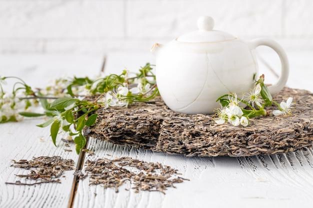 Folhas de chá puer na mesa de madeira