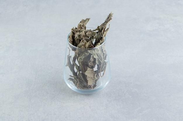 Folhas de chá secas em vidro