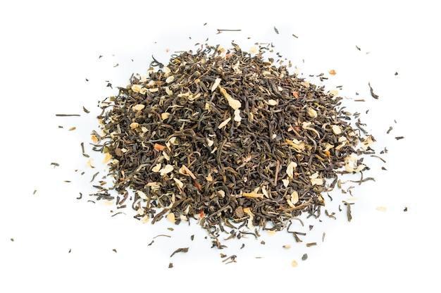 Folhas de chá secas isoladas no branco.
