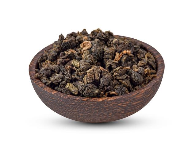 Folhas de chá secas isoladas no fundo branco.
