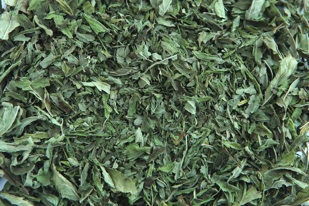 Folhas de chá verde de hortelã-pimenta - hortelã-pimenta seca em branco