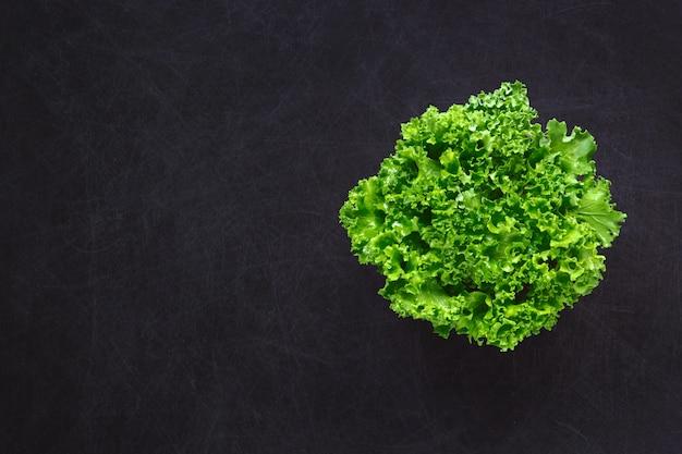 Folhas de couve verde no preto