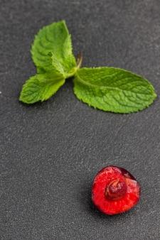 Folhas de hortelã e meia cereja