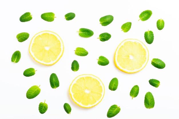 Folhas de hortelã e rodelas de limão no fundo branco