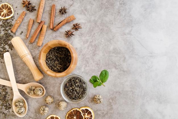 Folhas de hortelã-pimenta e rolos de canela