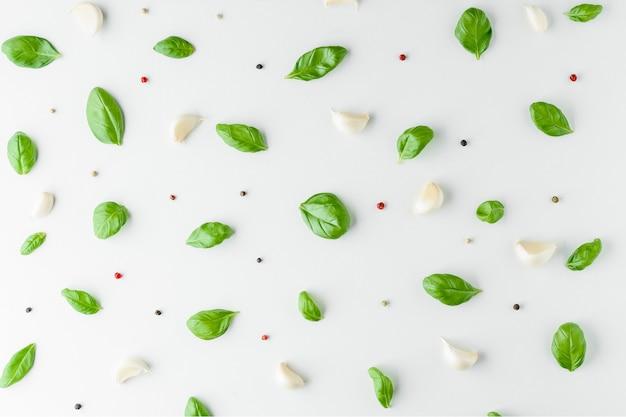 Folhas de manjericão com pimenta e alho