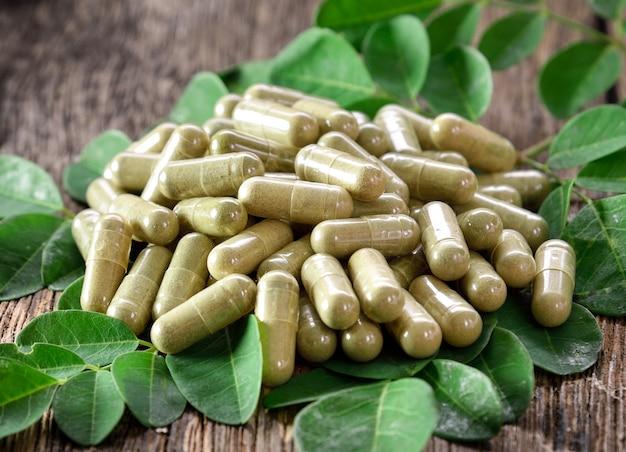 Folhas de moringa e cápsulas (ervas para a saúde)