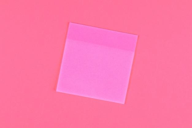 Folhas de notas em um fundo rosa pastel